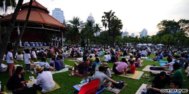 Симфонический Оркестр Бангкока выступает в парке Лумпини